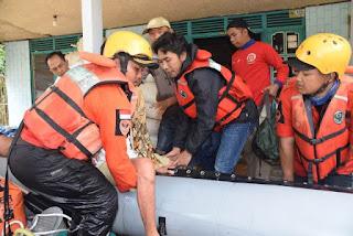 Bupati Madiun Turun Tangan Evakuasi Korban Banjir
