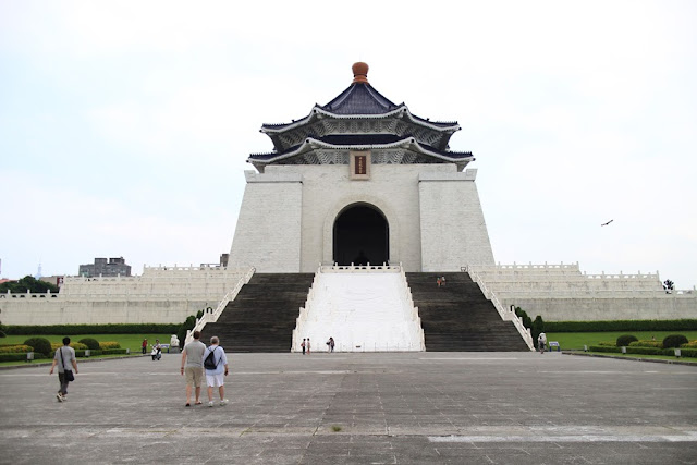 things to do in Taipei | visit the impressively sized Chiang Kai Shek Memorial Hall