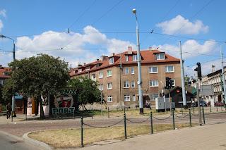 Bild eines Hauses an einer Kreuzung in Nowy Port