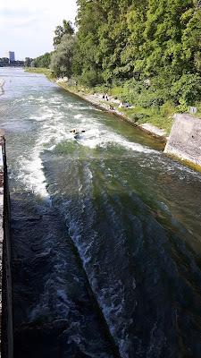 Sommer in der Stadt: Schlauchbootfahrt auf der Isar