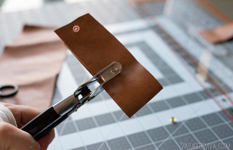Esse é um furador especial para couro, mas você pode usar o que tiver em casa!