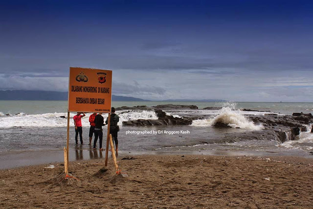 Larangan berenang di Pantai Karang Hawu karena pantainya berkarang dan ombaknya besar