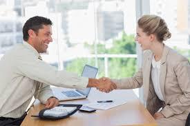 mulher em entrevista de emprego