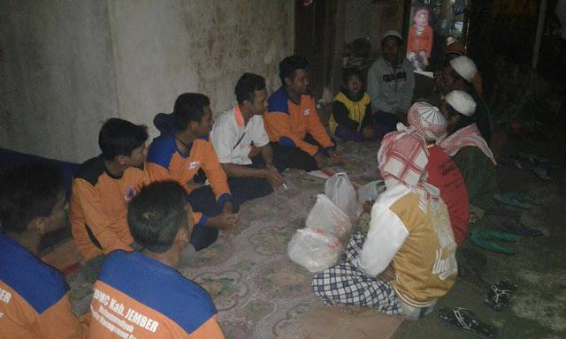 Para relawan takziyah ke keluarga korban terdampak bencana pohon tumbang