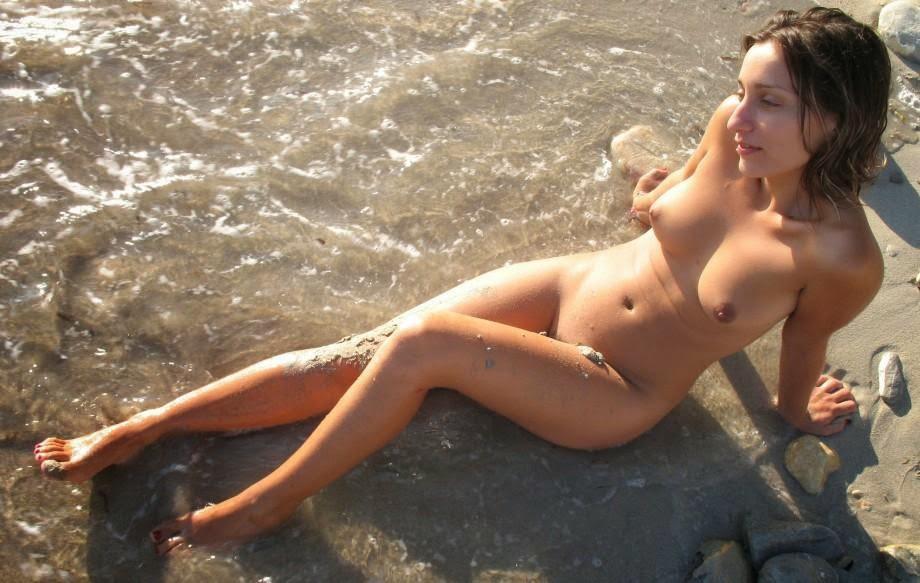 девушки фоткаются голыми на пляже - 6