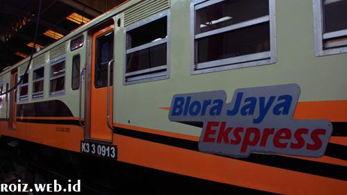 Blora Jaya ekspres dengan rangkain KRDI