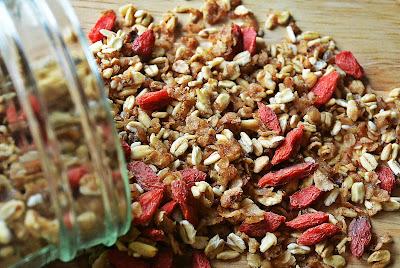 Gryczana granola z jagodami goji
