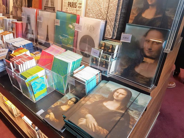 羅浮宮館內的紀念品商店