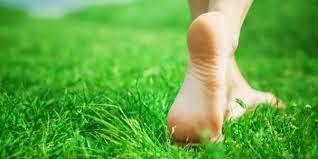 Berjalan tanpa alas kaki terapi sederhana banyak manfaatnya