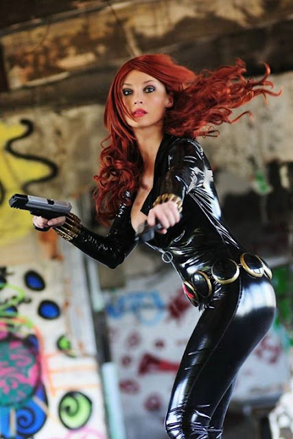 Giorgia Cosplay cuero negro ajustado y dos pistolas.