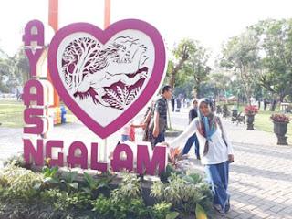 Wisatawan dari Serpong menjajal spot foto di Alun-alun Malang