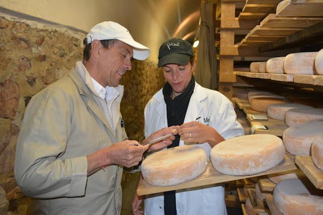 Hervé Mons dans l'une des caves d'affinage de l'entreprise. L'affinage permet de développer la texture, les arômes, les goûts, et les croûtages. Sans l'affinage les typicités, les caractéristiques de chaque fromage ne peuvent se révéler...