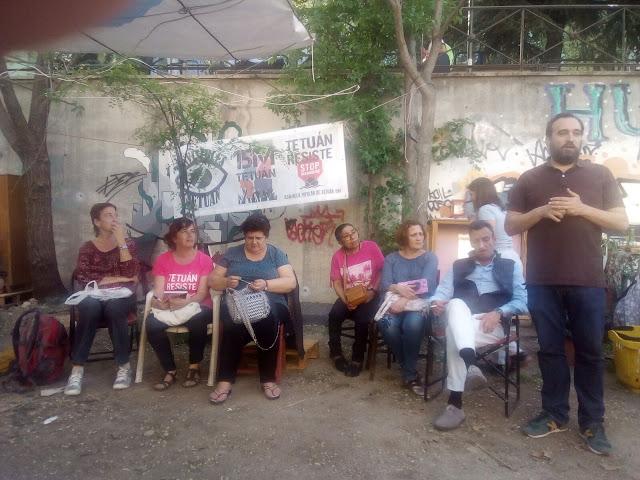 diversos activistas sentados de cara al público y vistiendo camisetas reinvindicativas cuentan su historia