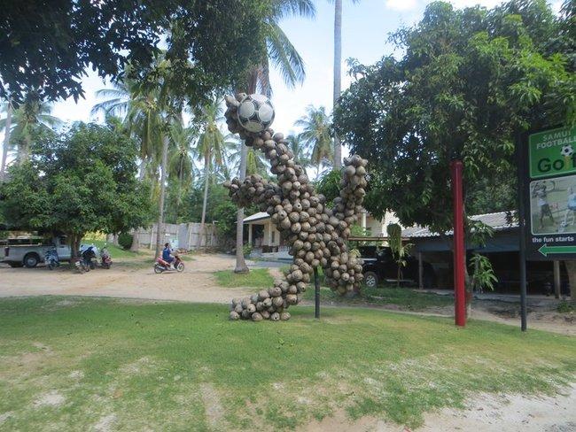 Памятник из кокосов