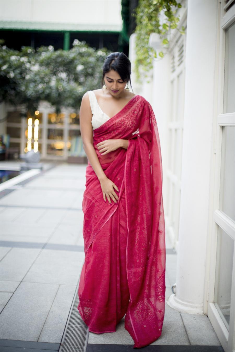 Glamorous Indian Model Amala Paul in Sleeveless Red Saree