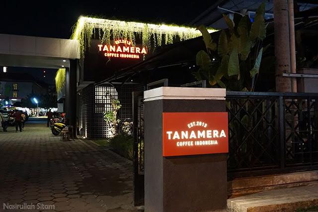 Plang kedai Tanamera Jogja di tepi jalan