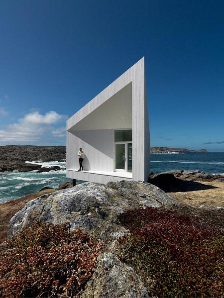 Fotos cool: imagen de una hiper moderna casa en la naturaleza sobre las rocas y frente al río. Modernidad arquitectonica.