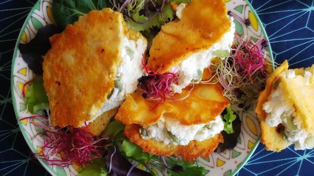 sandwich di pecorino con ricotta, fave e germogli