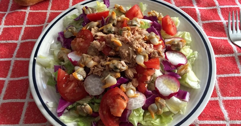 Ensalada con at n tomate col lombarda r bano y berberechos for Como cocinar col lombarda