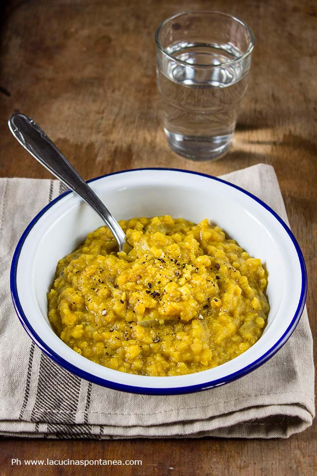Immagine con piatto di dahl di lenticchie