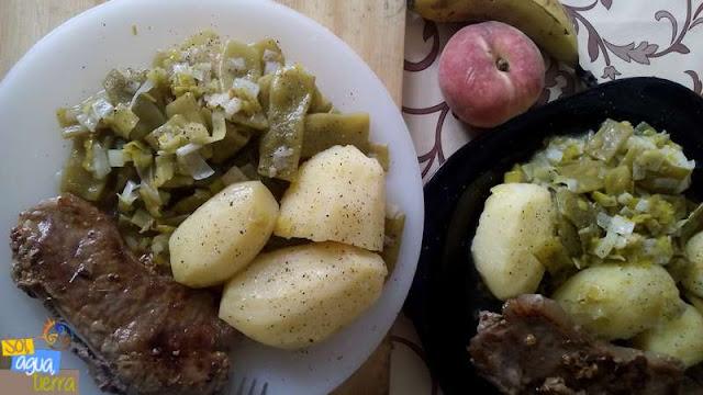 Receta de verano baja en grasas compuesta por: judías verdes, puerro, patata cocida y chuleta de ternera a la plancha