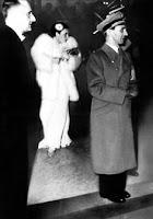 Joseph Goebbels con la actriz Lida Baarova al fondo