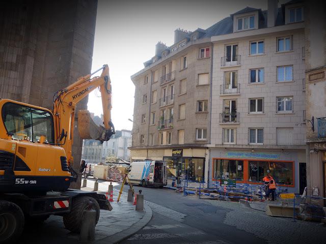 En descendant le rue du Vau Saint-Germain devant l'Église...