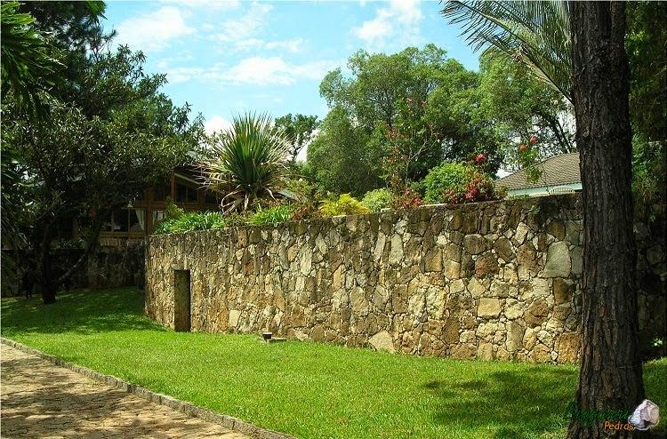 Para formar o platô e construir a piscina executamos o muro de pedra moledo onde embutimos a casa de máquina da piscina.