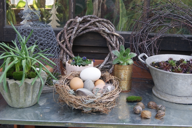 Frühlingsdeko Pflanztisch mit Osternest aus Gartenabfällen