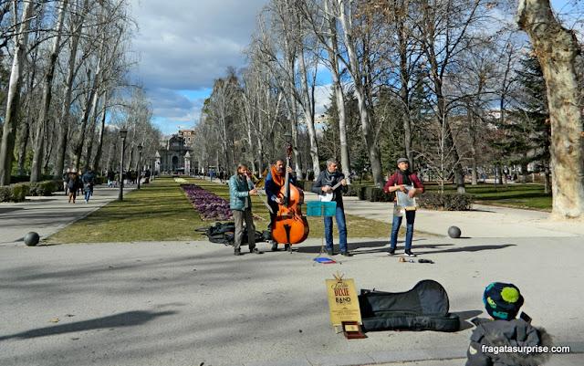 Músicos se apresentam no Parque do Retiro, em Madri