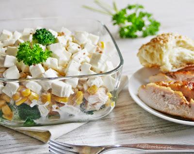 Brokułowa sałatka z grillowanym kurczakiem i serem feta