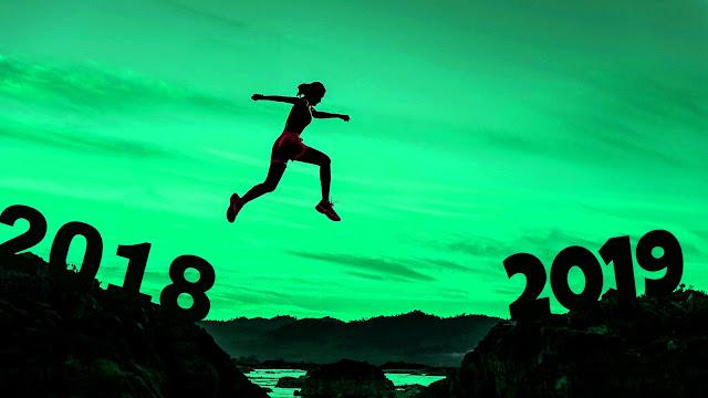 Vrouw springt van 2018 naar 2019.