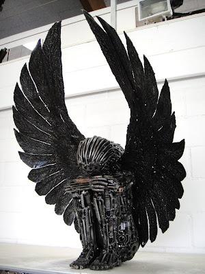Escultura con metal reciclado de ángel