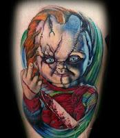 tatuaje para halloween chucky echando el dedo medio