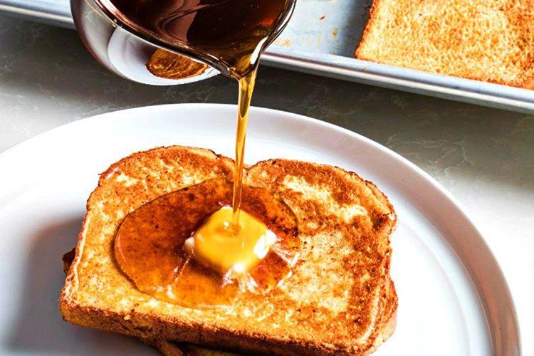 Fransız tostları çırpılmış yumurta, şeker ve tarçın bulanan beyaz ekmekten yapılmaktadır.