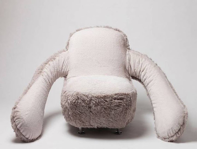 Designer cria sofá mega confortável com braços que se movem