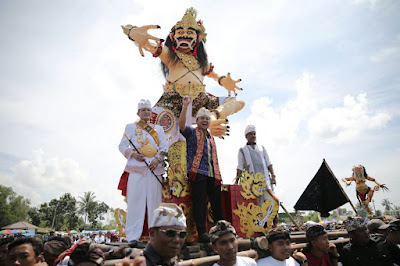 Ridho Ficardo dan Pun Edward Syah Pernong Saksikan Parade Ogoh-ogoh