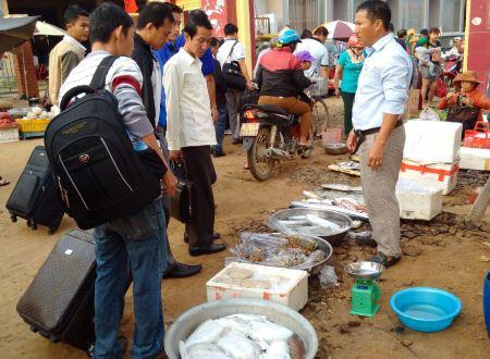 Du khách mua lộc biển về đất liền.