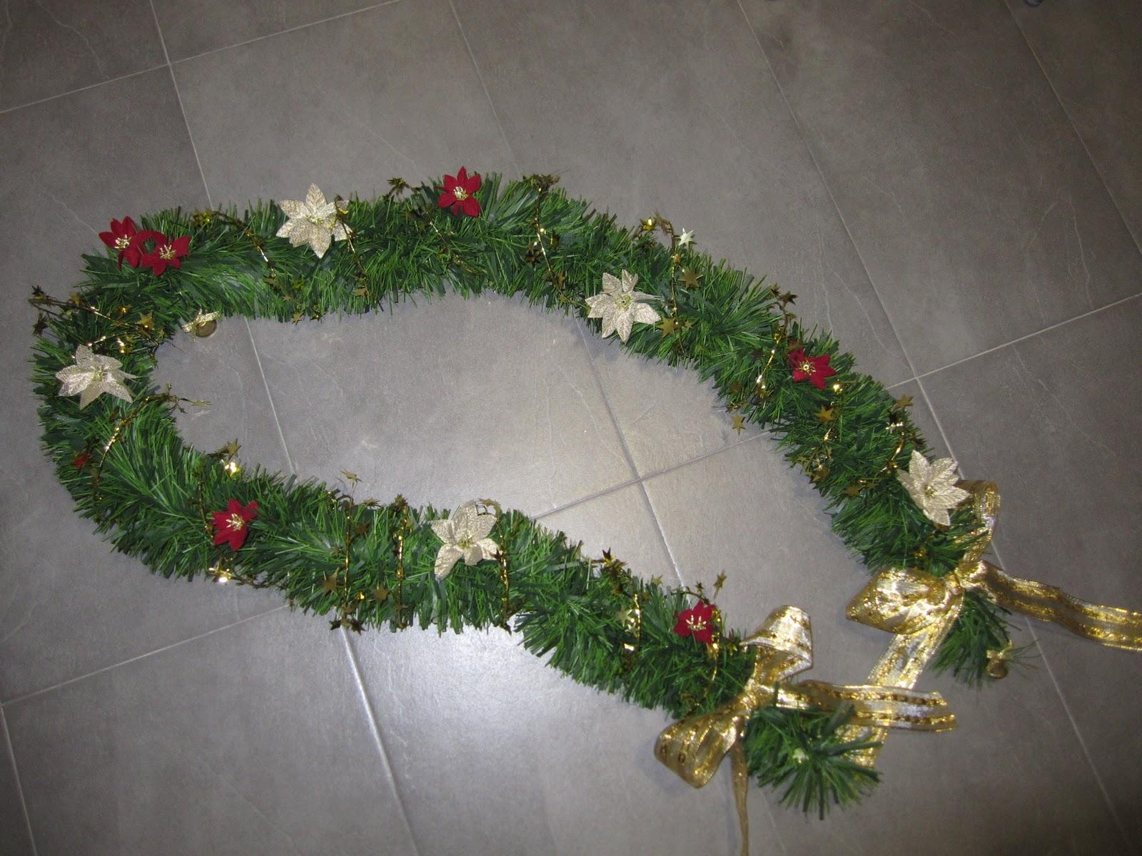 Cristina en casa decoraci n navide a para puertas y escaleras for Guirnaldas para puertas navidenas