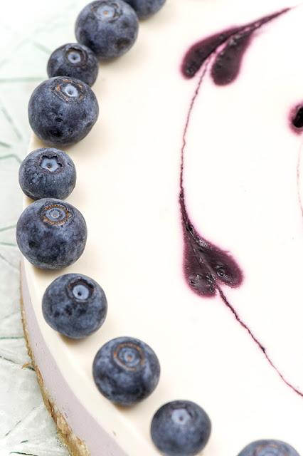 Presna limetino borovničeva tortica s srčki