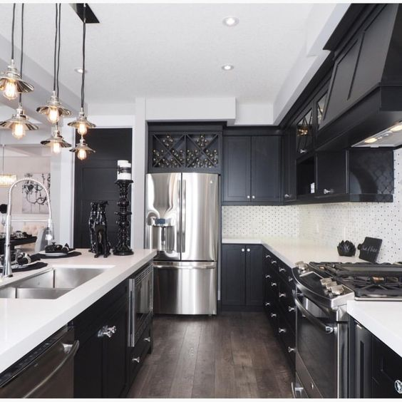 Why i 39 m dreaming of a black kitchen organizing made fun for Black and white kitchen cabinet designs