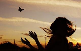 Bien sur , j'ai lu tout ses livres sur le développement personnel, sur le moi intérieur comme si le bonheur se trouver dans ses bouquins là,  ils nous donne juste des clefs pour avancer histoire de tenir le coup entre chaque claque , dans cette vie qui nous torgnole au gré de notre destin Histoire d'avoir un peu d'espoir, de reprendre un nouveau souffle mais jusque quand ? Jusque quand un jour à bout de souffle tu perd l'envie de tout même de rêver , épuisée de cette  vie que tu avais pourtant si bien idéalisé tout rentré dans les cadres de cette imagination trop débordante, de ses rêves qui paraissait trop beau pour être vrai, mais la réalité te fait perdre pieds encore une fois te rattrape et te coupe l'herbe sous le pied, histoire qu'elle te pique toute ses histoires que tu t'était raconté