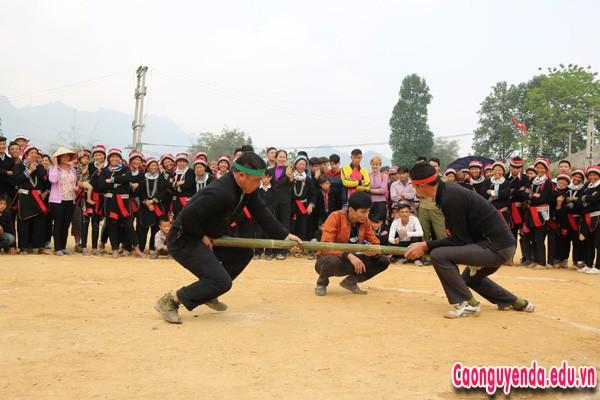 Nhân dân trong thôn tham dự phần thi đẩy gậy