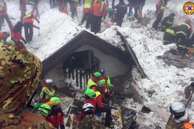 Hotel Rigopiano, si continua a scavare, finora il bilancio è di 14 morti e 11 sopravvissuti tra cui 4 bambini, poche speranze per gli altri