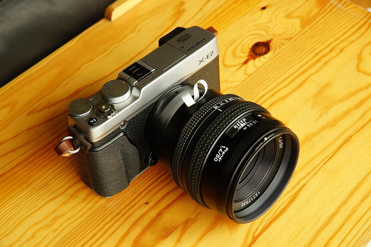 Fujifilm X-E2 и объектив Carl Zeiss Planar 50mm f/1.4, подключенный через адаптер
