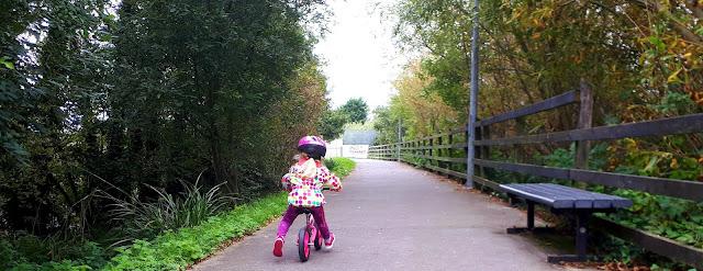 Potkupyörä, pallotakki, pyöräilykypärä