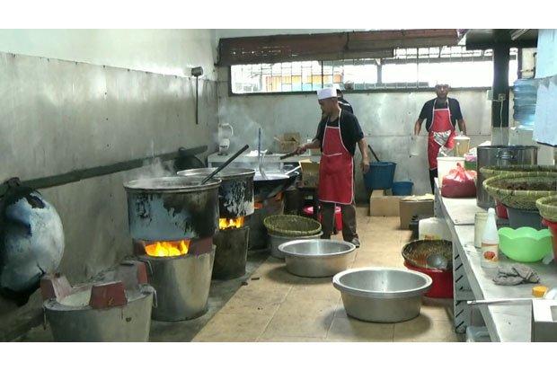 Koki yang memasak makanan untuk acara pernikahan anak Presiden RI Jokowi