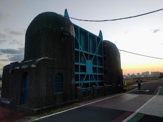 夕暮れ時の六郷水門
