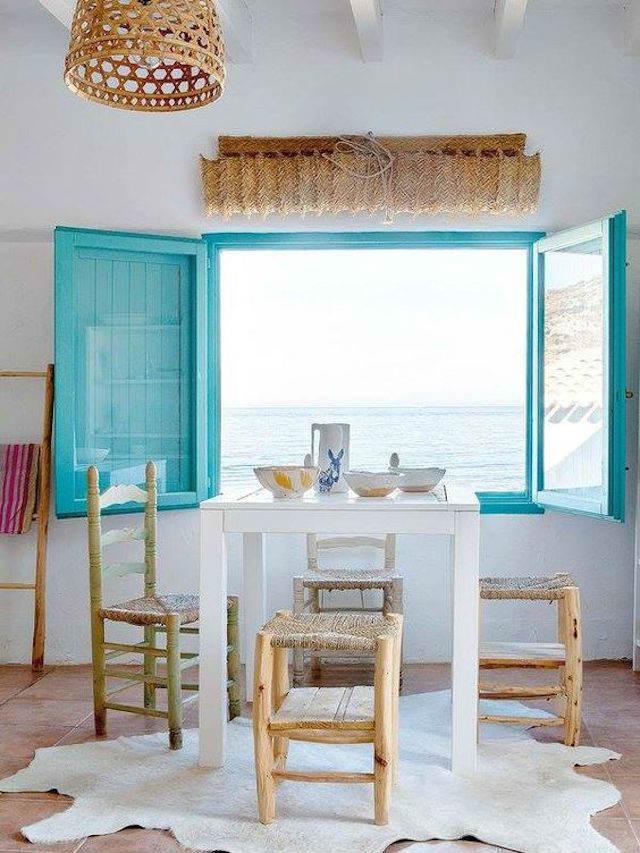 Ventanas pintadas de azul en ambiente mediterráneo