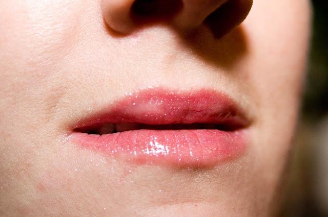 błyszczyki Manhattan High Shine Lipgloss na ustach